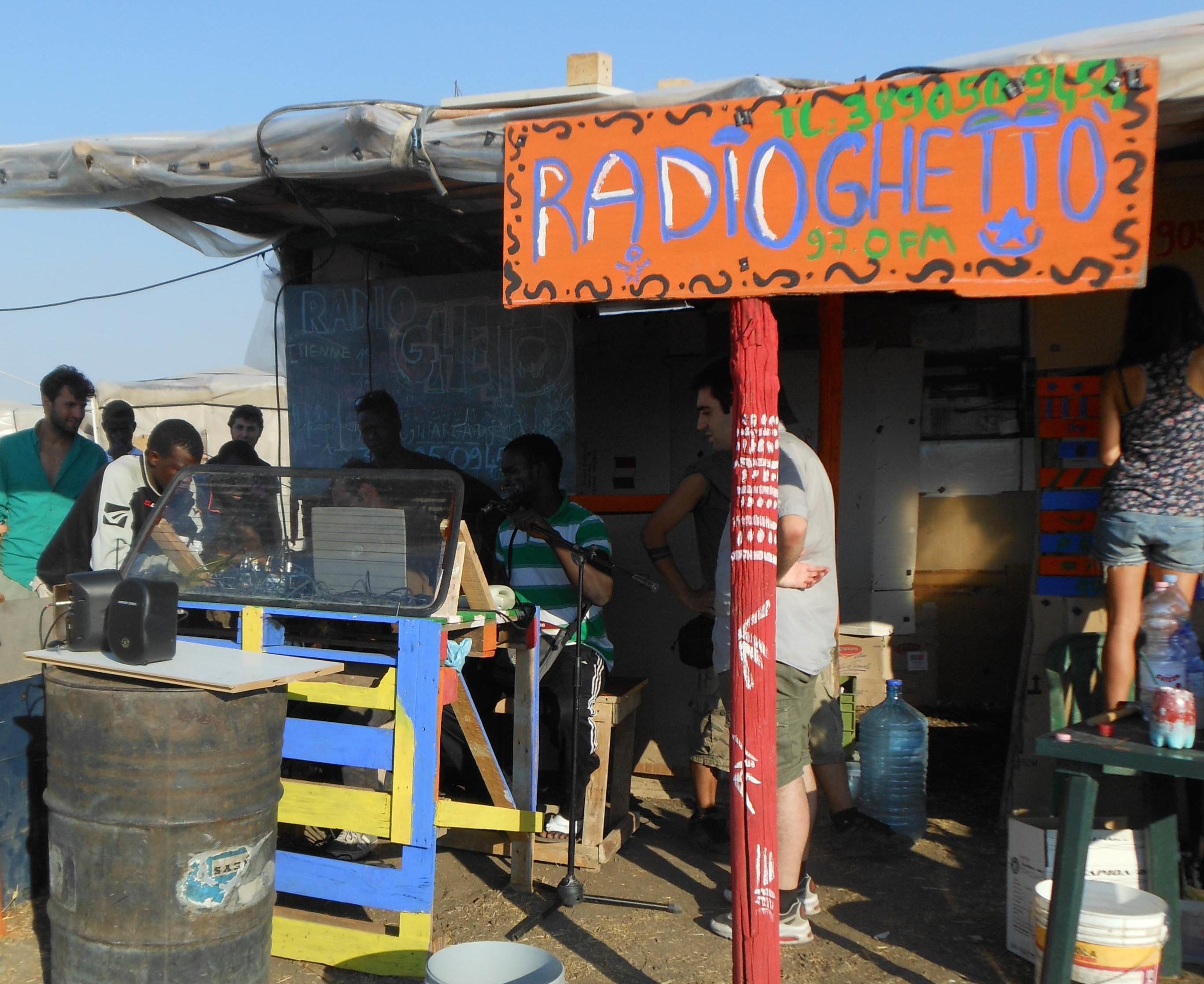 Radio Ghetto, la radio partecipata dei migranti di Rignano Garganico, cerca volontari per l'estate