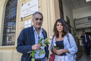 Domenica Canchano insieme a Giovanni Maria Bellu, presidente dell'Associazione Carta di Roma, di fronte al Tribunale.