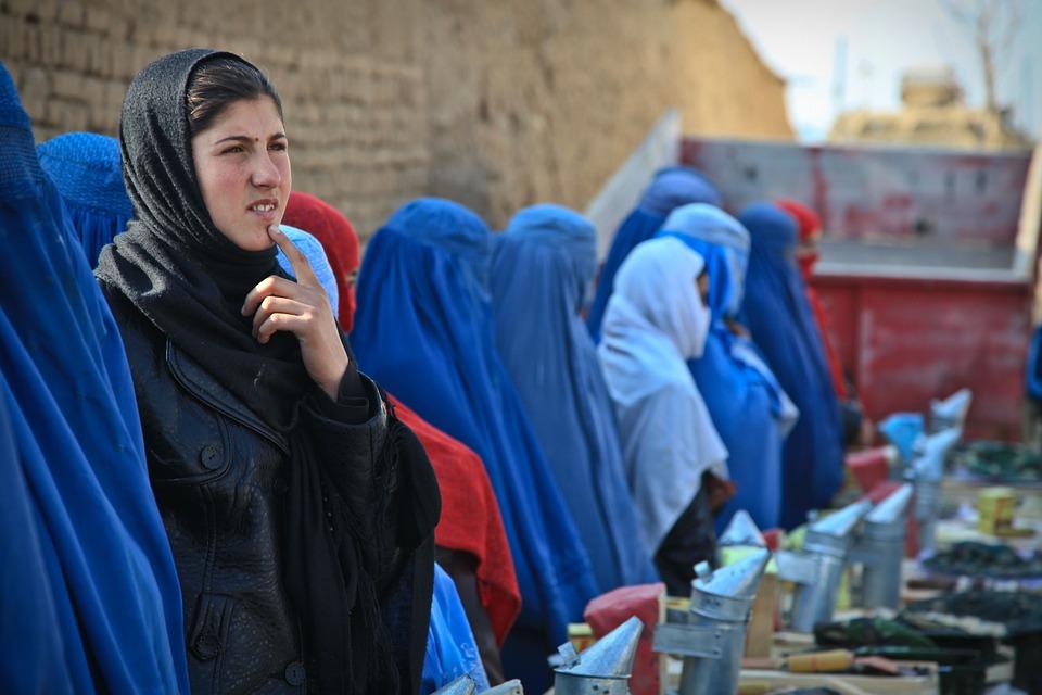 Dice no alle nozze forzate della figlia: afgana rischia la vita, Italia nega il visto