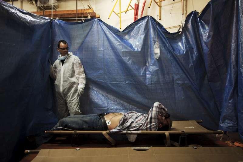Un rifugiato siriano attende assistenza medica in un'area dedicata a bordo della nave San Giusto. ©UNHCR/A.D'Amato
