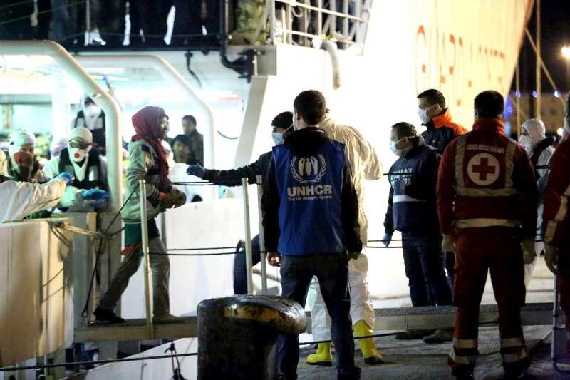 Sbarco a Palermo. La maggior parte dei rifugiati e migranti giunge qui in buona salute. Condizioni abitative e lavorative dure possono comportarne il deterioramento. Foto ©UNHCR/F.Malavolta