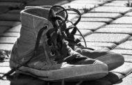 Dirty messages: scarpe di rifugiati in viaggio per il mondo