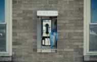Una cabina telefonica per ascoltare storie di migranti e rifugiati